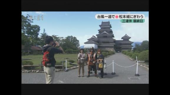 台風一過で晴れ 三連休最終日 松本城にぎわう